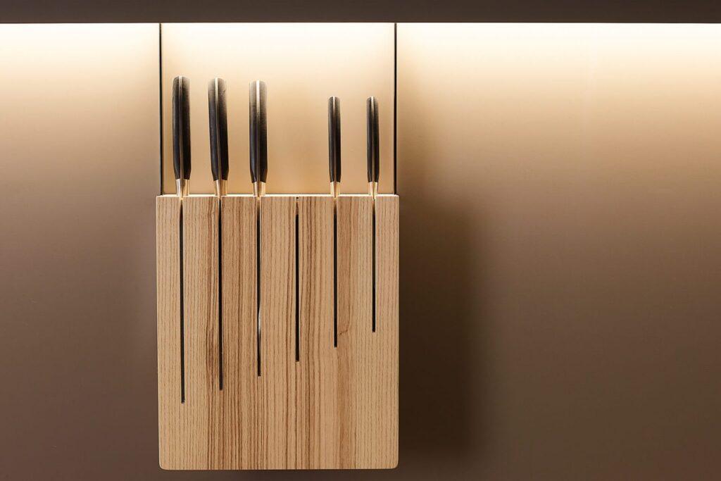 La imagen tiene un atributo ALT vacío; su nombre de archivo es accesorio-cuchillero-madera-1536x1024-1-1024x683.jpg